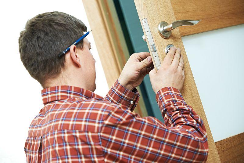 cerrajero arreglando puerta servihogar